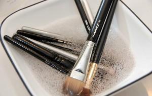 Muốn trang điểm đẹp, bàn chải cũng phải sạch!